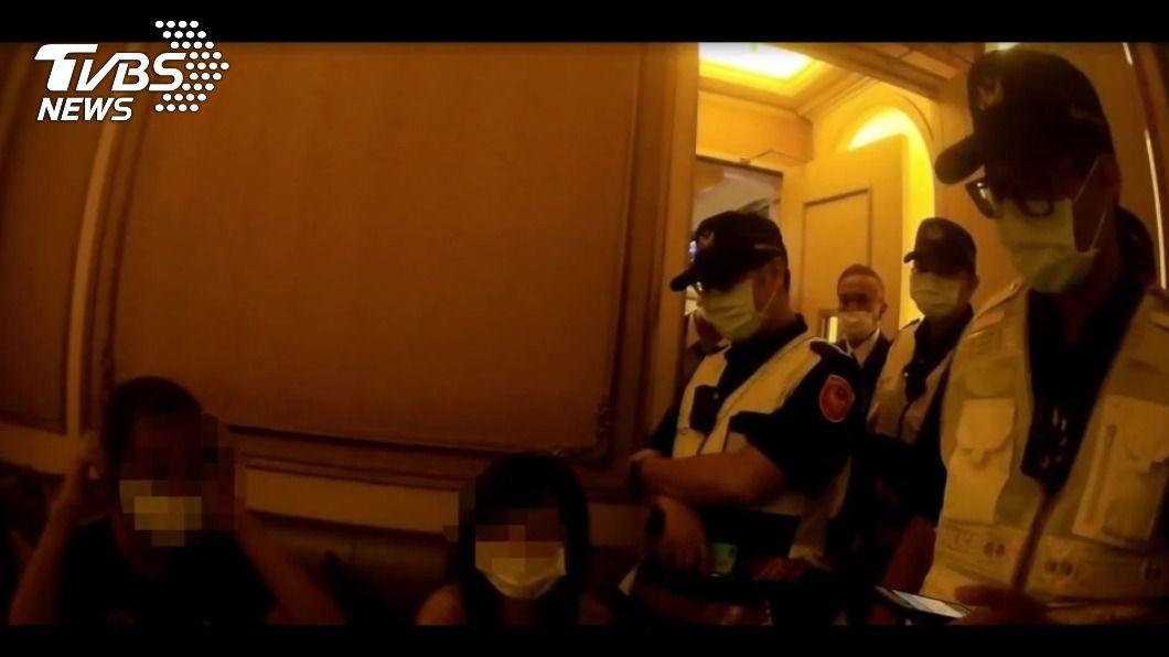 船員返國未依規定居家檢疫,遭臨檢員警發現。(圖/TVBS) 居家檢疫外出重罰100萬!船員返國爽摟舞廳公關