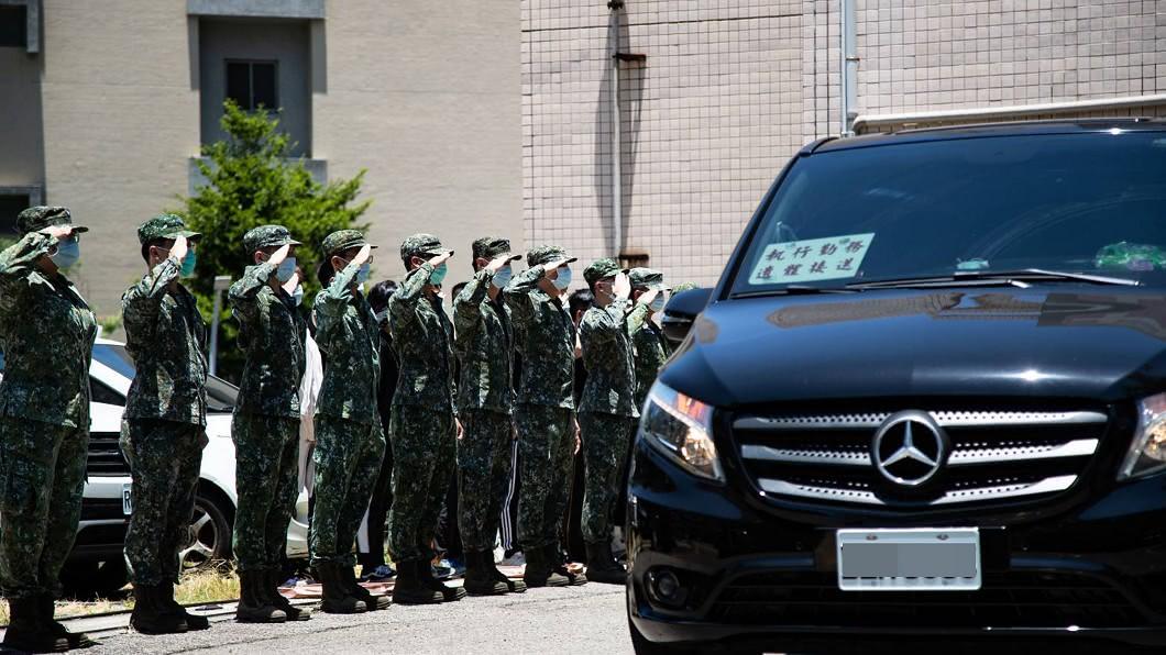 航特部所屬一架OH-58D戰搜直升機昨天墜毀,兩名飛官殉職。(圖/軍聞社提供) 殉職飛官遺體移桃園安置 官兵忍淚列隊敬禮哀送