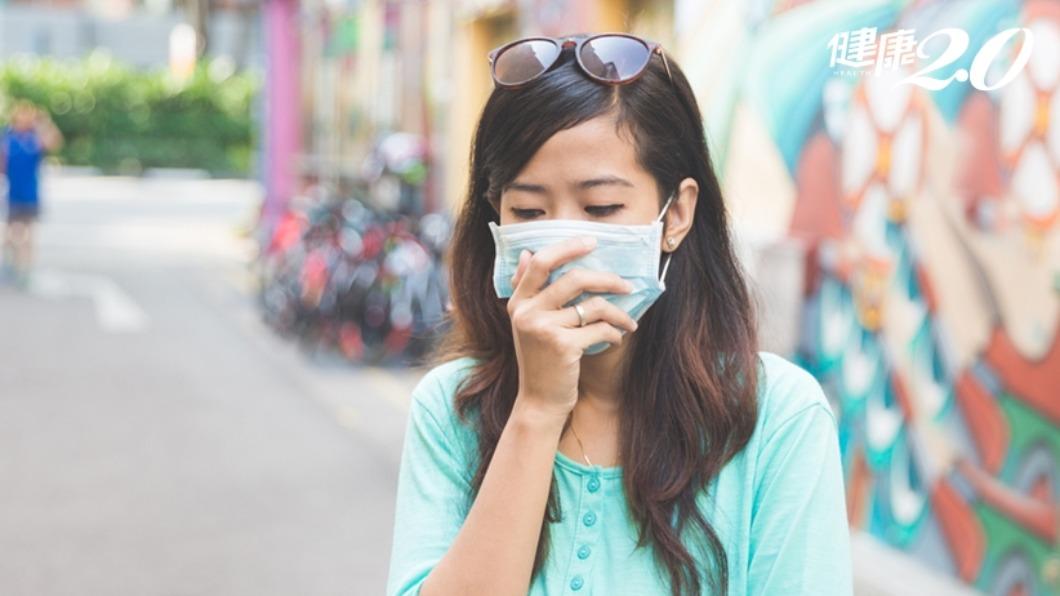 夏天長時間戴口罩,容易出現粉刺及青春痘。(示意圖/TVBS) 夏天悶熱「口罩痘」噴發長滿臉 醫師曝戰勝妙招