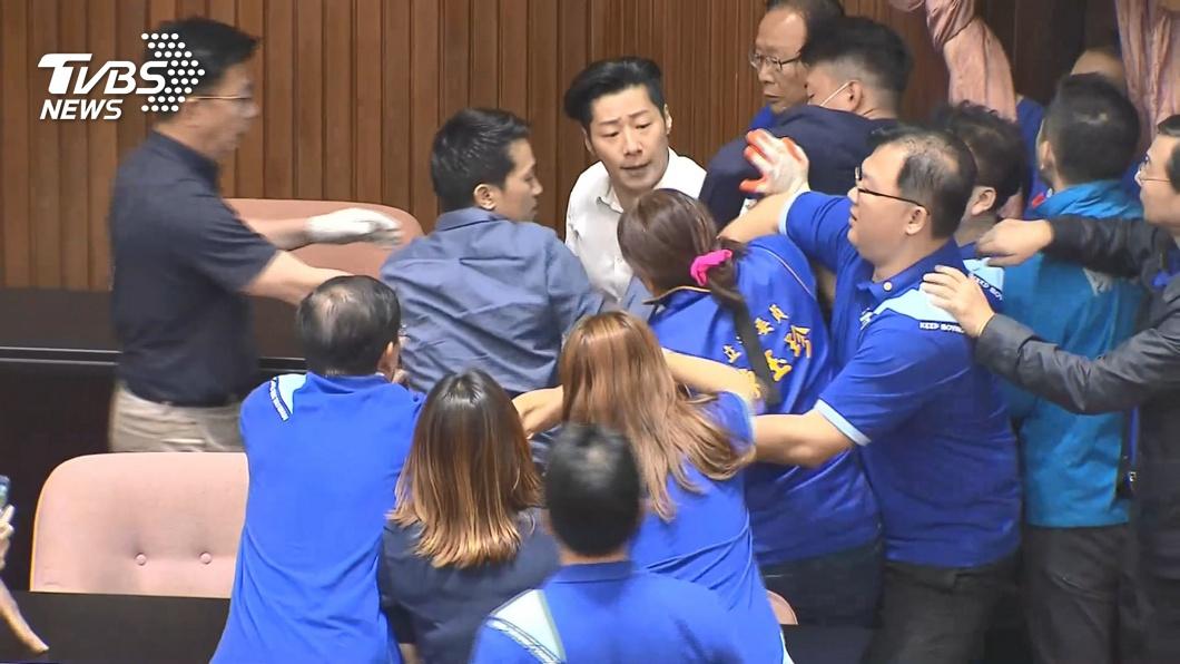 立院進行監委人事投票案,朝野立委在議場上爆發衝突。(圖/TVBS) 「緊抱萬安」後伸手林昶佐褲袋 陳玉珍:他也碰我啊