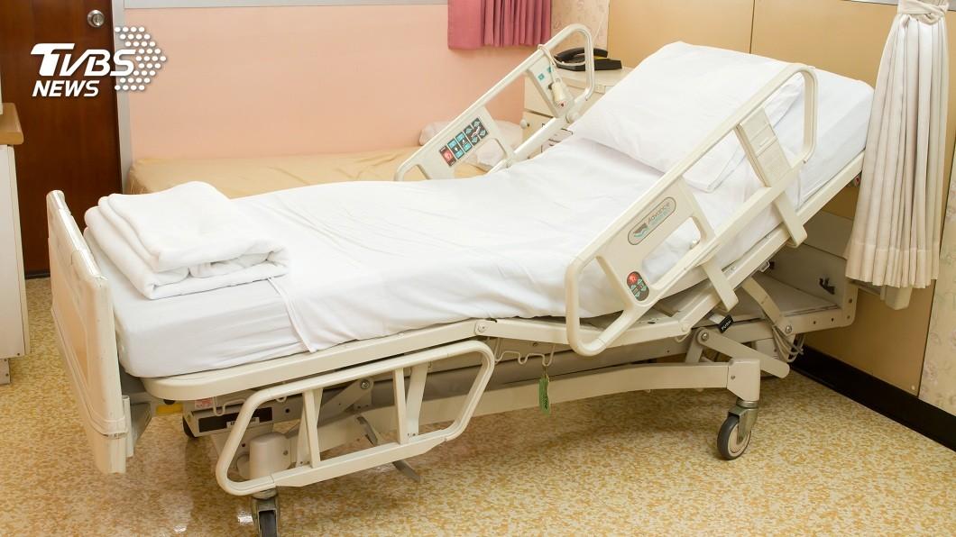 進入醫院病房內,通常規定是禁止攜帶寵物入內的。(示意圖/TVBS) 住院偷帶「愛犬」躺病床一臉厭世 同房病友嚇壞了