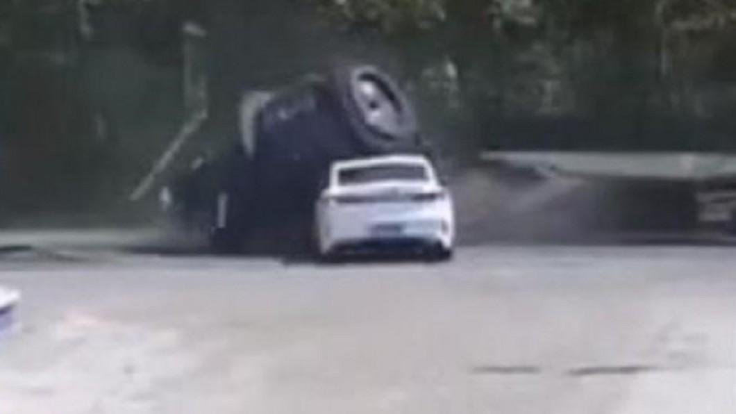 中國大陸吉林省白城市發生恐怖意外。(圖/翻攝自微博) 驚悚畫面曝!大貨車「25噸重物」突滑落…駕駛遭砸慘死