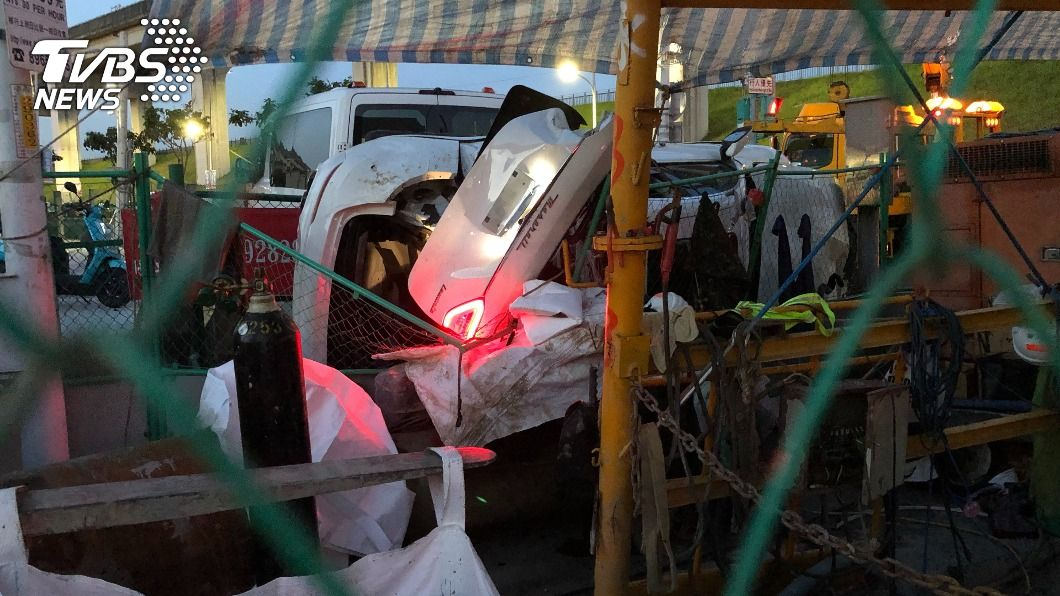 男子開瑪莎拉自撞。(圖/中央社) 男借開瑪莎拉蒂車禍 撞毀電信箱4人輕傷