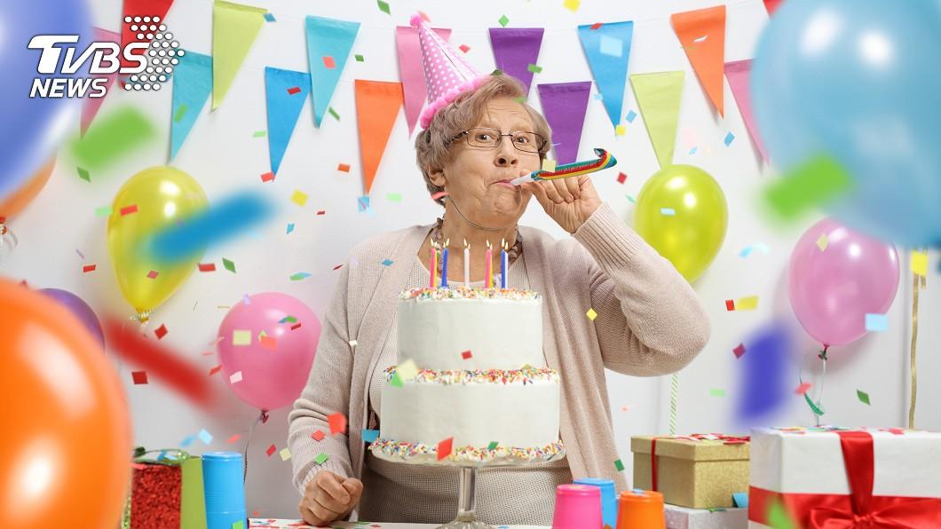 86歲奶奶生日突然喊要拍遺照。(示意圖/TVBS) 86歲奶奶慶生嗨喊「拍遺照」 空氣秒安靜…晚輩傻了