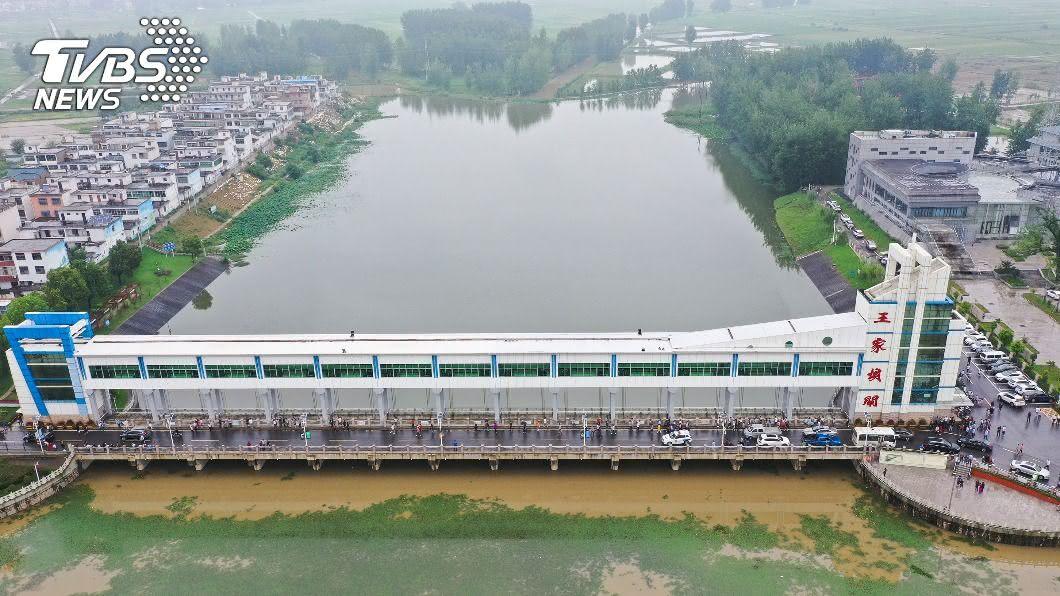長江支流出現超歷史水位。(圖/中新社提供) 暴雨不斷!長江多地水位破歷史紀錄 安徽炸堤疏洪