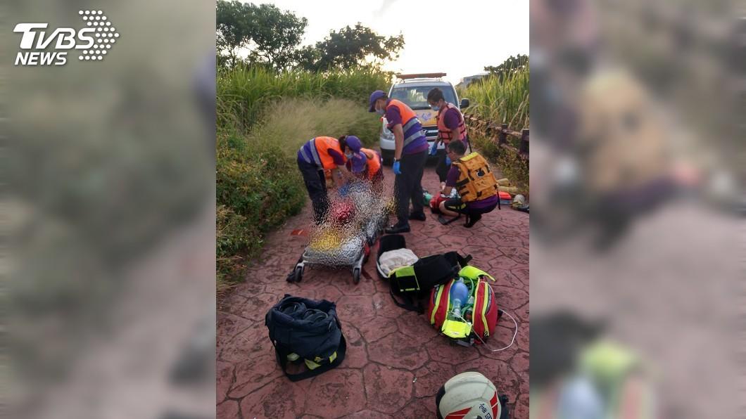 36歲母親為了要搶救落水的9歲兒子,卻不幸溺斃的意外。(圖/桃園消防局提供) 9歲兒掉入池塘 母急跳水救人卻不幸溺斃
