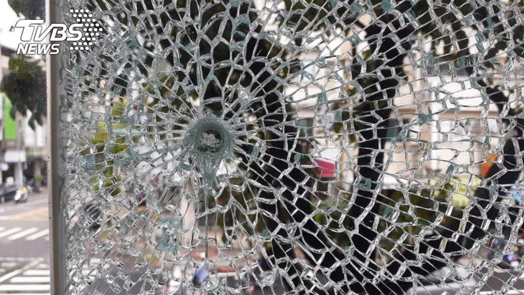 高雄某精品店15日發現櫥窗玻璃呈蜘蛛網狀碎裂及有彈擊點,警方今宣布偵破。(圖/警方提供) 高市精品店櫥窗玻璃遭彈襲 4男街頭試槍送辦