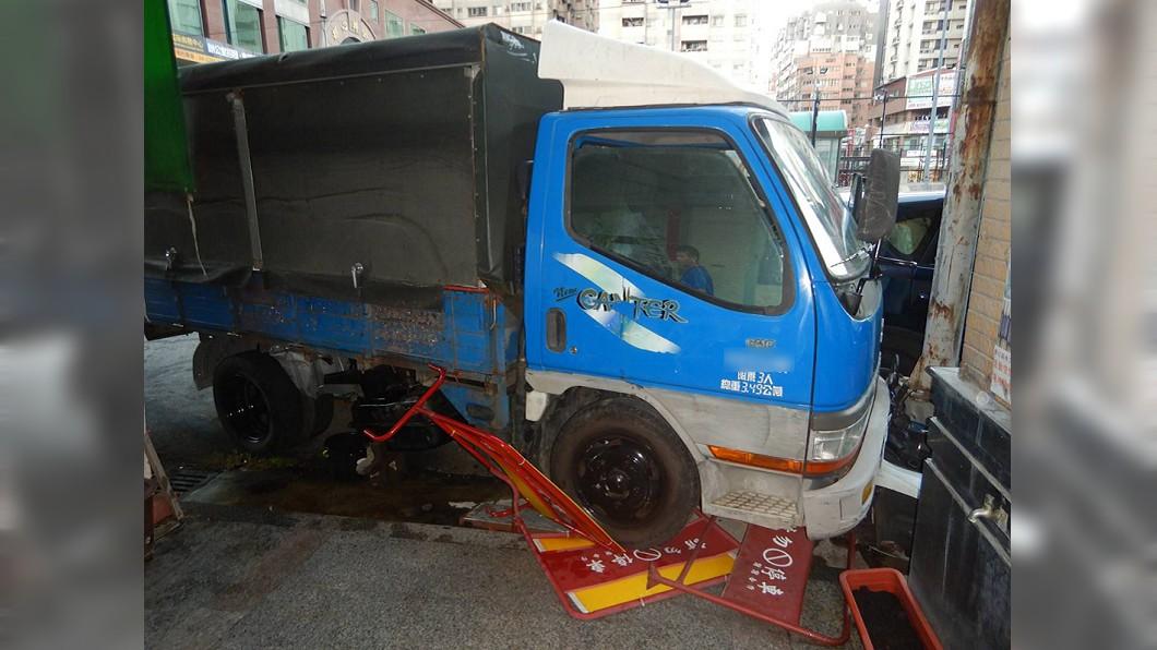 小貨車與計程車發生碰撞後,失控再衝撞停在路旁的4部機車。(圖/中央社,民眾提供) 台中小貨車巷口擦撞計程車 再衝路旁波及4機車