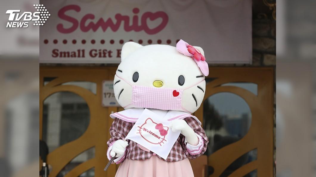 三麗鷗彩虹樂園正式開園迎接遊客,Hello Kitty戴上粉紅色口罩揮手迎客。(圖/達志影像美聯社) 日本三麗鷗樂園開園 Kitty戴粉色口罩迎接遊客