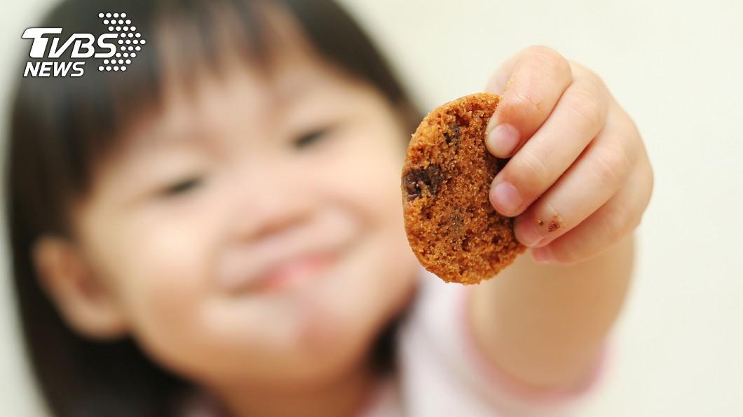 捷運出口時常可見小朋友賣手工餅乾。(示意圖/TVBS) 非詐騙!愛心餅乾童「每天基隆→台北」感人內幕曝