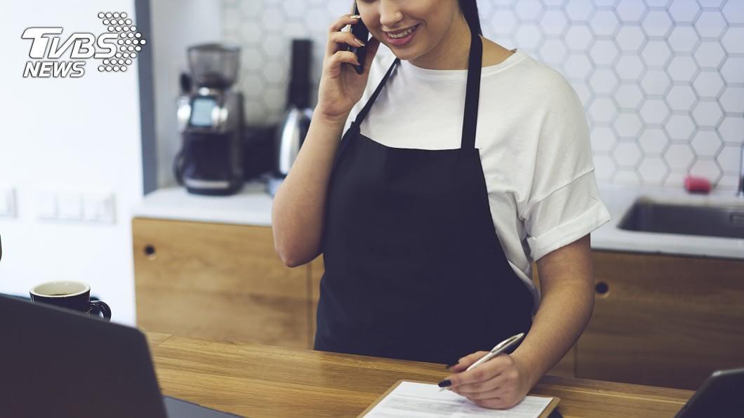 許多餐廳營業,都會接受客人來電訂位。(示意圖/shutterstock 達志影像) 客晚到2分遭取消訂位給負評 店家怒:遲到飛機會等你?
