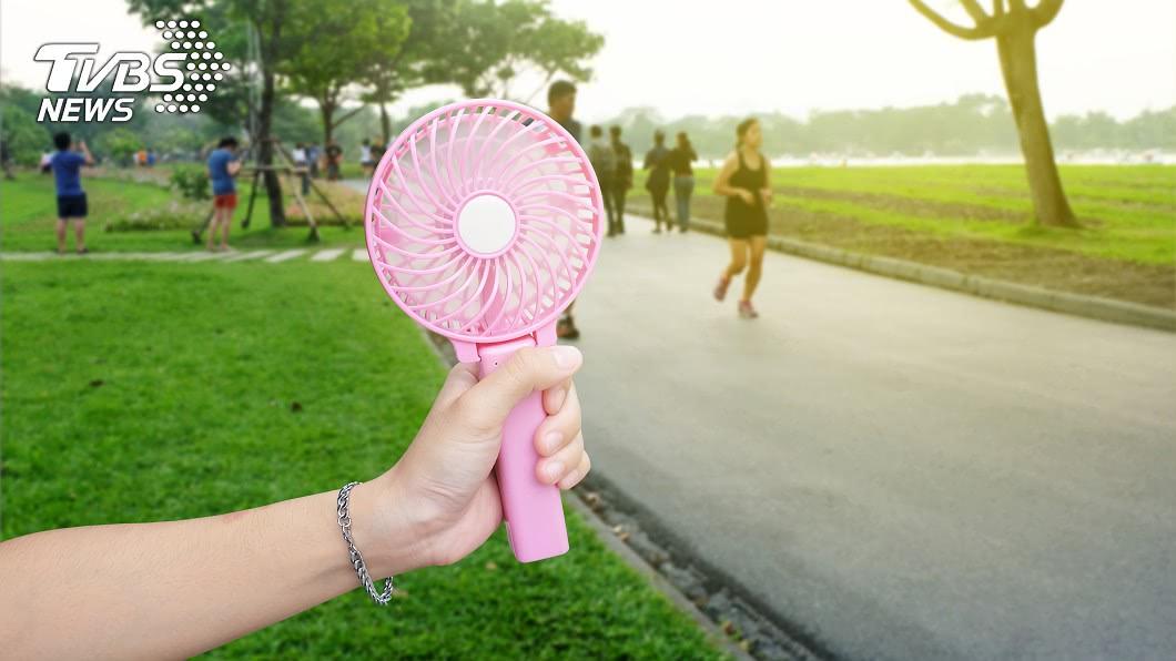隨著天氣逐漸轉熱,攜帶式小風扇也成為熱銷商品。(示意圖/shutterstock達志影像) 小風扇藏危機!她放民宿充電突爆炸…網嚇壞:太危險了
