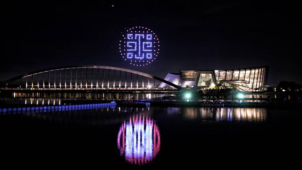 故宮南院暑假夜間除水舞及「3D水幕魔鏡」表演外,還有無人機群燈光秀。(圖/故宮南院提供) 故宮南院暑期藝術月 夜間水舞、無人機燈光秀吸睛