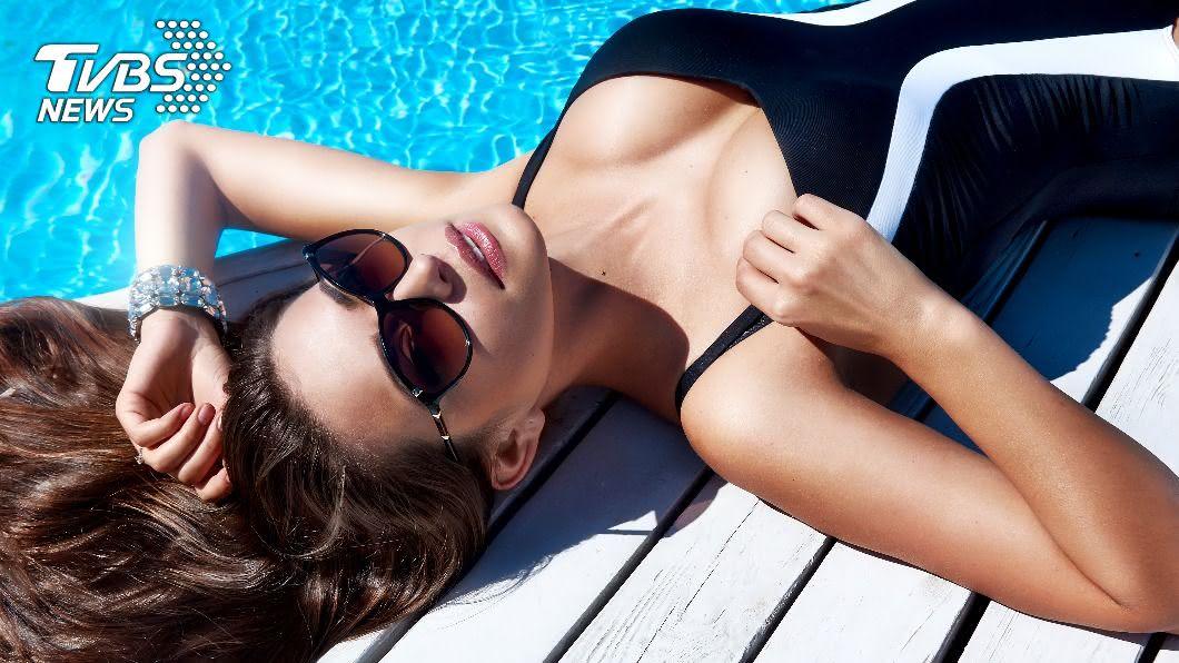 夏季游泳消暑,泳衣的清洗與保養也很重要。(示意圖/shutterstock達志影像) 別丟洗衣機!「泳衣保養」6招不再褪色變形