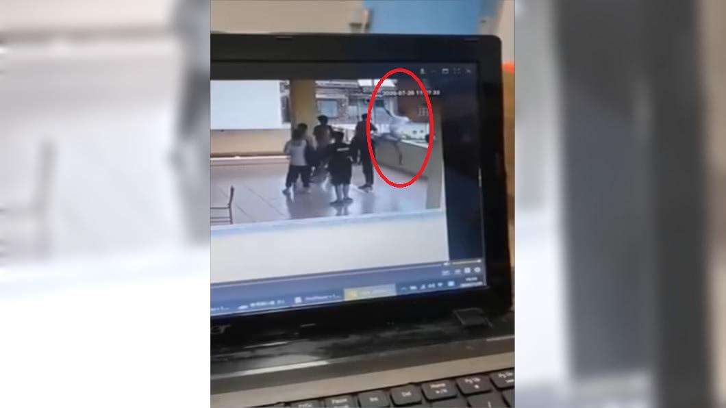 男學生走廊嬉鬧跳投意外墜樓。(圖/翻攝自YouTube) 男學生走廊「後仰跳投」 下秒翻出矮牆重摔墜樓