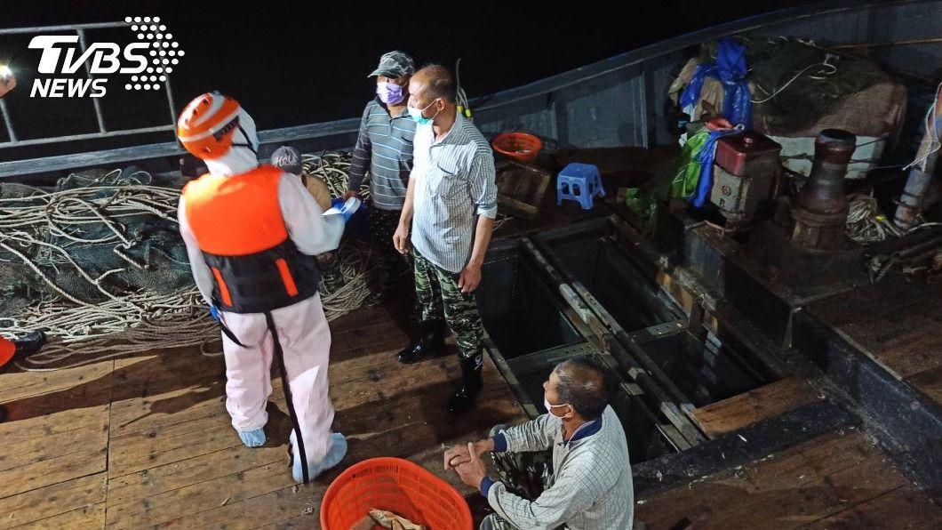 大陸漁船越界作業。(圖/金門海巡隊提供) 大陸漁船越界作業 金門海巡強勢登檢押返