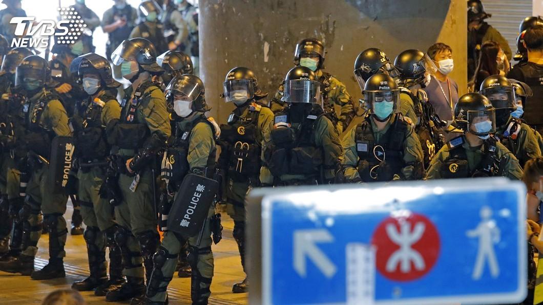 昨天是香港「721」白衣人襲擊市民事件一週年,有市民號召晚上在元朗商場聚集。(圖/達志影像美聯社) 721事件週年港人聚集遭驅散 立法會議員被拘捕