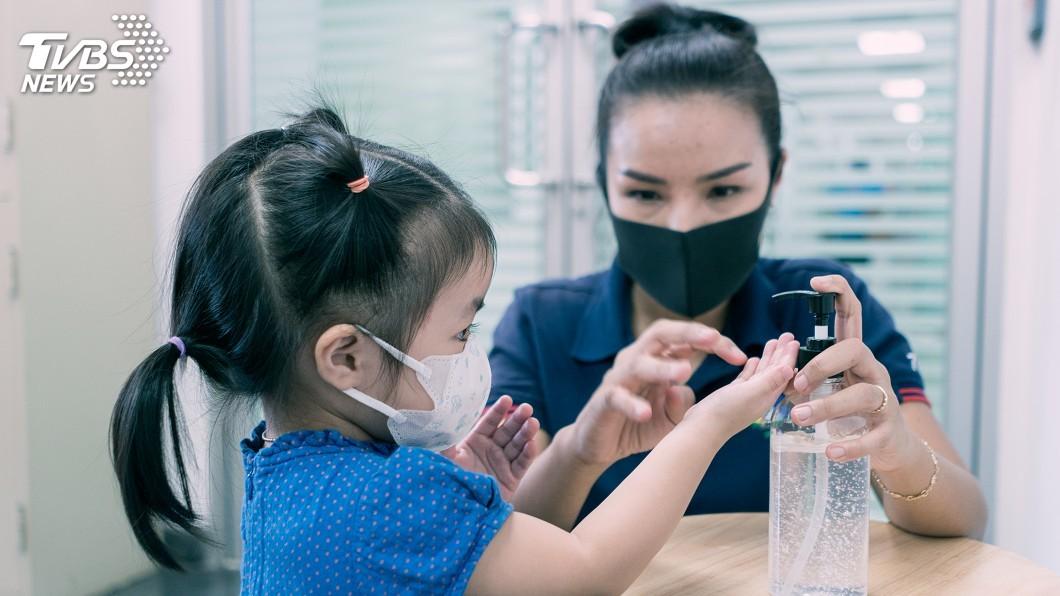 研究結果顯示,相較於戶外接觸感染,民眾更有可能被家人傳染武漢肺炎。(示意圖/shutterstock 達志影像) 相較戶外接觸感染 家庭密切接觸染疫可能性更高