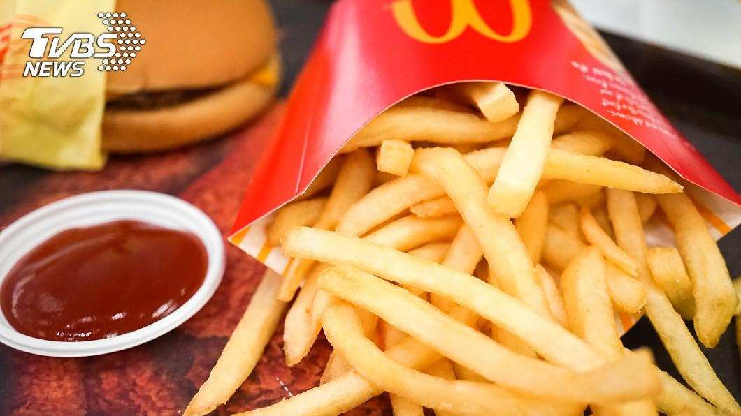 麥當勞推「大暑吃大薯」活動。(圖/shutterstock達志影像) 搭上大暑!麥當勞「大薯買1送1」 網實測:真的有