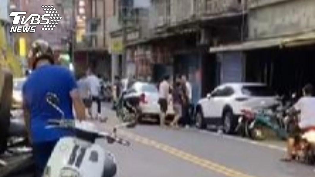 圖/TVBS 快訊/8惡煞五股農會前狂毆2男 逃離現場還掉槍