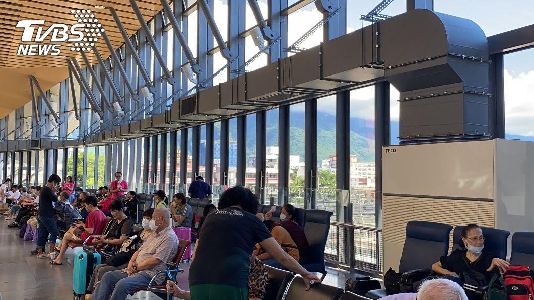 花蓮火車站因「悶熱」屢遭投訴。(圖/中央社) 花蓮火車站悶熱屢遭民眾投訴 台鐵安裝冷氣降溫