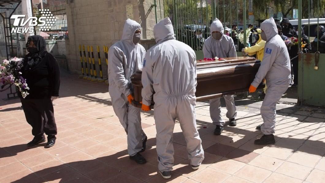 玻利維亞國內最近5天發現420具屍體,估計有80%至90%是死於新冠肺炎。(圖/達志影像美聯社) 玻利維亞新冠爆發!5天發現420具屍 橫躺路邊和民宅