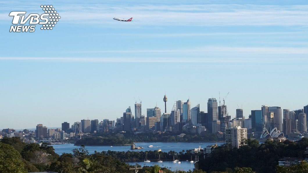 圖/路透社 飛行軌跡畫「袋鼠」 澳航波音747告別飛行