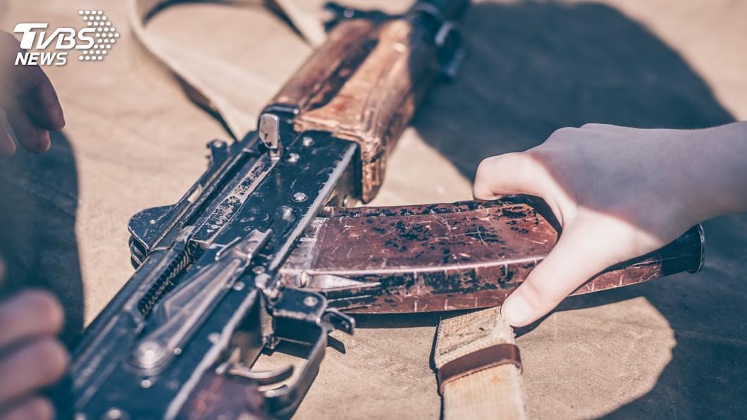 (示意圖/shutterstock 達志影像) 持AK-47步槍翻牆闖進川普俱樂部 3少年被捕