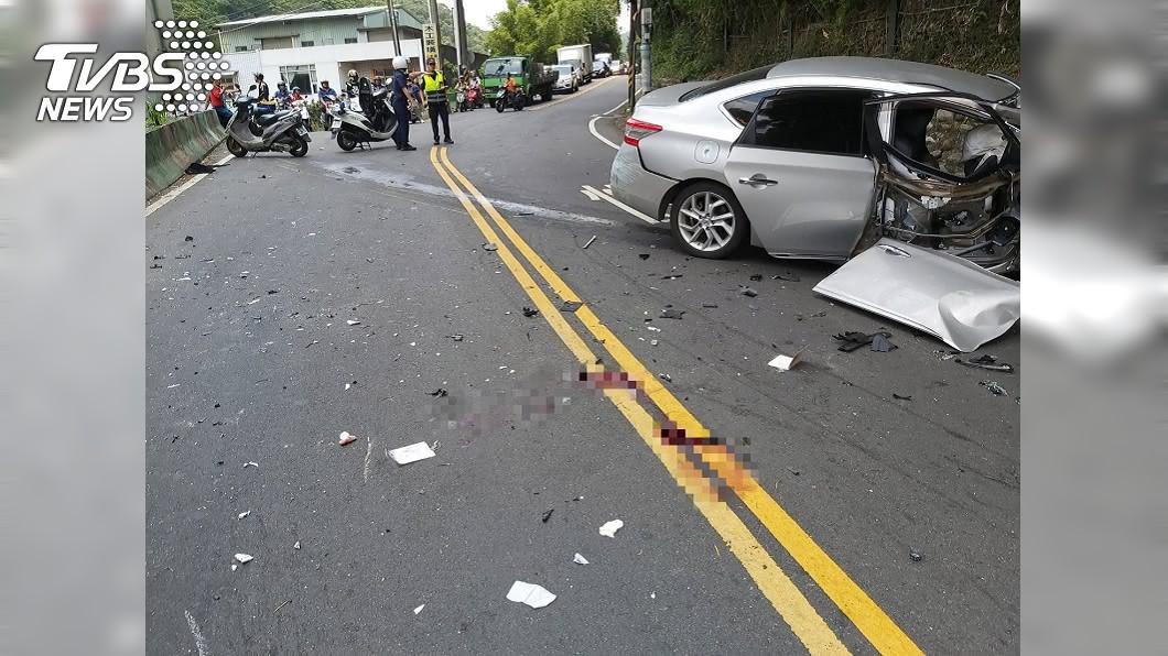 五股登林路段23日發生汽機車對撞車禍。(圖/TVBS) 五股汽車撞機車!女駕駛手骨變形、騎士拋飛頭重創昏迷
