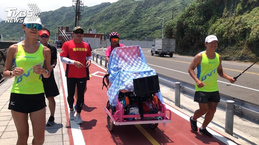 單親媽媽騎乘電動腳踏車帶著腦性麻痺的兒子小比展開12天環島「畢業旅行」。(圖/中央社) 單親媽帶腦麻兒單車環島到基隆 盼為母子留紀錄