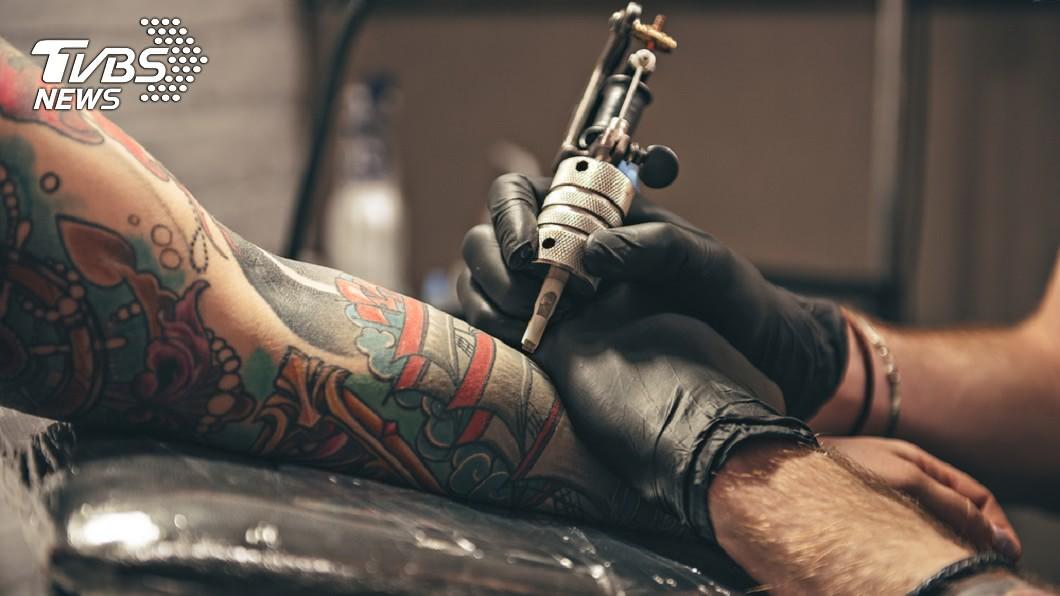 現代人的觀念愈來愈開放,慢慢能夠接受刺青這項藝術。(示意圖/shutterstock 達志影像) 驚見女騎士左臂「4字刺青」 網笑:道盡辛酸血淚