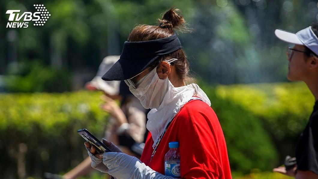 天氣高溫炎熱。(圖/中央社) 天氣暖如「秋老虎」 東南部及恆春半島偶陣雨