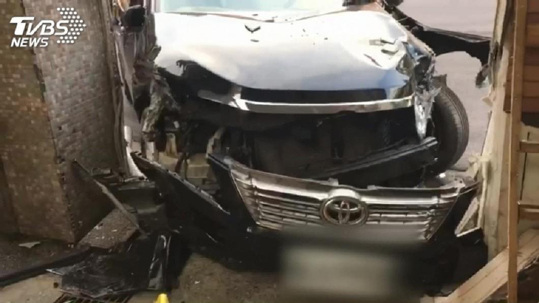 周姓男子駕車失控撞上站在騎樓的美籍男。(圖/TVBS資料畫面) 在台撞殘美國男遭求償近2億 退休小黃司機下場超慘