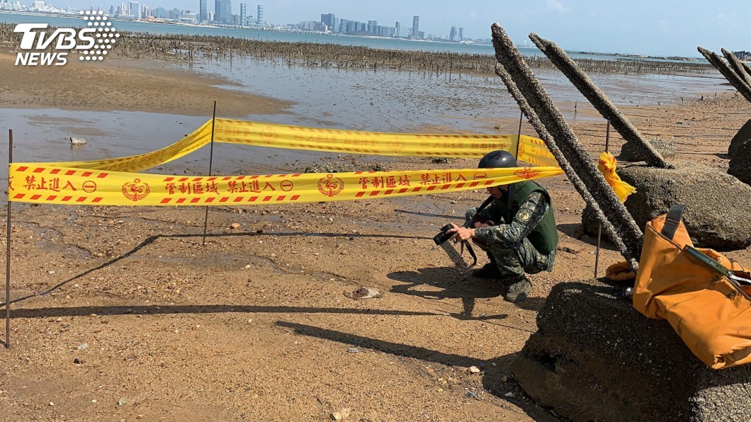 金門防衛指揮部確認為「M6式戰防雷」殘體,由在防爆小組人員戒護下帶回處置。(圖/金門岸巡隊提供) 金門海巡灘岸發現未爆彈 軍方確認戰防雷殘體