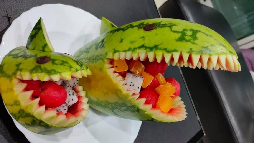 1名人父分享因為孩子幼稚園的水果派對,自己親手「果雕」2頭鯊魚。(圖/翻攝自爆廢公社) 幼稚園辦水果派對 父秀「果雕」作品網驚呆:逼死誰啊?