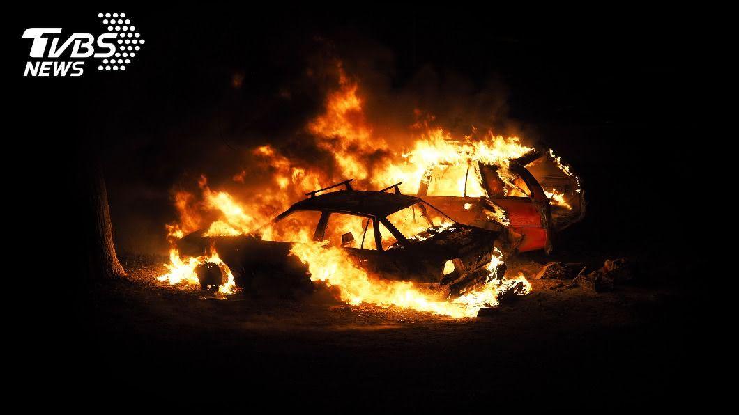 艷陽高照,海巡署提醒注意車內易燃物品。(示意圖/shutterstock達志影像) 熱到「爆」!汽車起火燒成廢鐵 5物品別亂放車上
