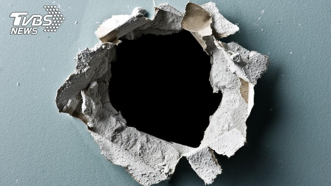 加拿大政府建議情侶可挖「尋歡洞」恩愛。(示意圖/shutterstock達志影像) 保持「性」交距離!加拿大官方建議:挖洞隔牆恩愛