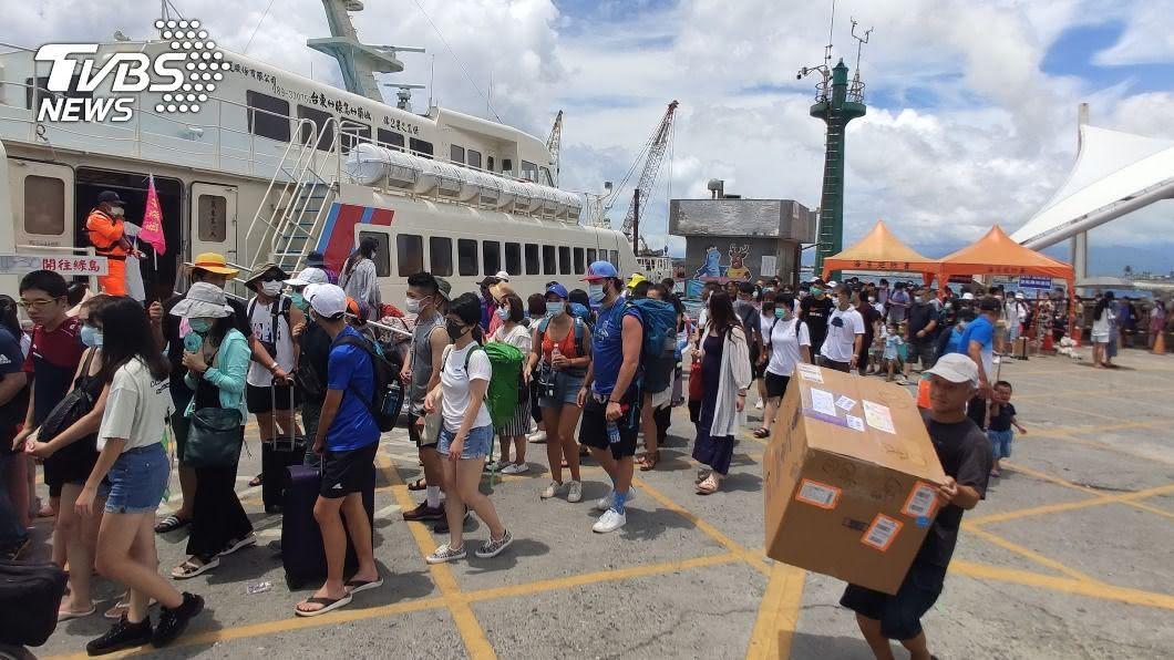 綠島人潮爆量,交通船班班客滿。(圖/中央社) 11天湧入旅客是居民60倍 綠島人:別再進來