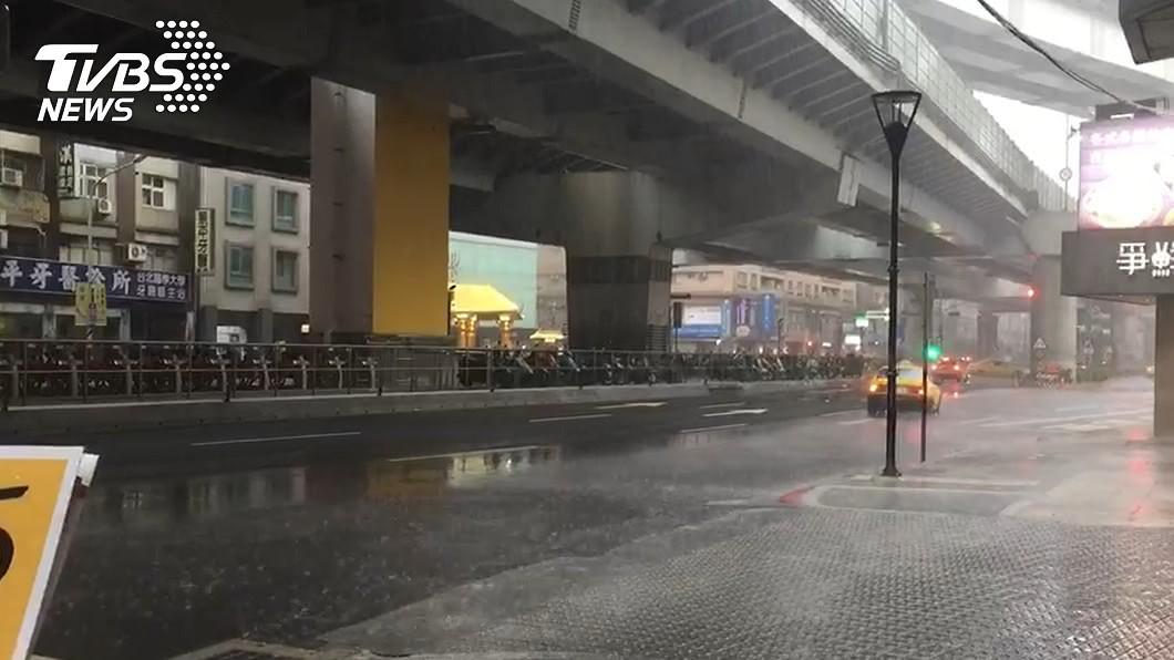 (圖/TVBS) 雙北升級「大雷雨」 4區域發布一級淹水警戒