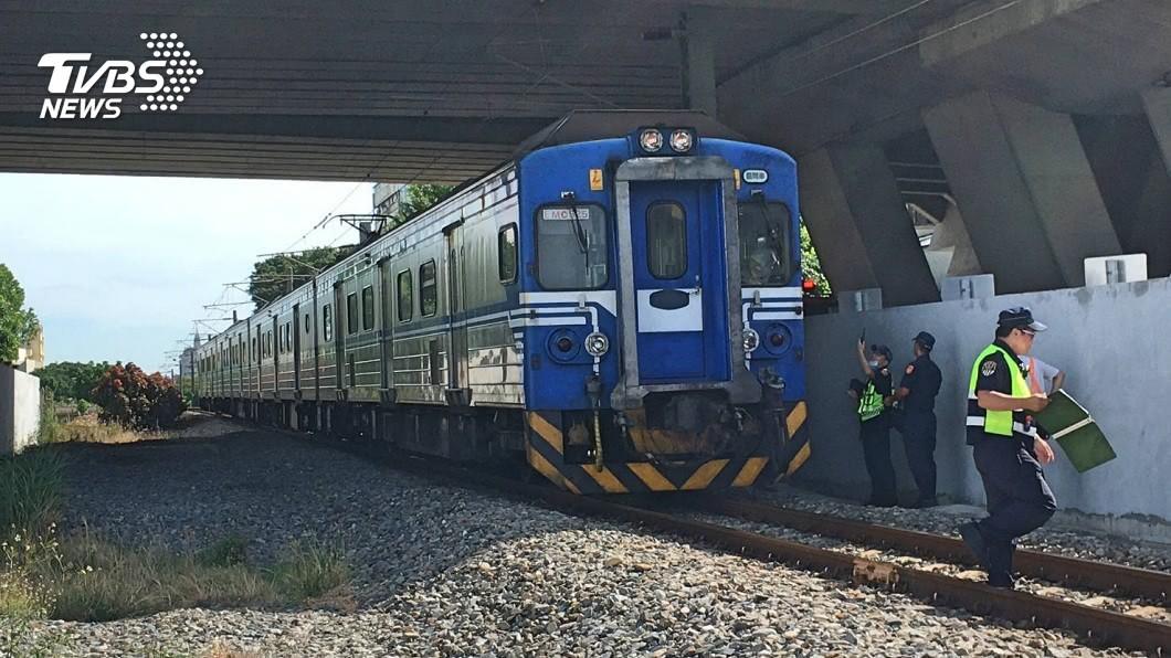 台鐵區間車在沙鹿路段發生1起嚴重的交通事故。(圖/TVBS) 台鐵區間車嚴重事故 行人遭撞遺體倒臥鐵軌旁