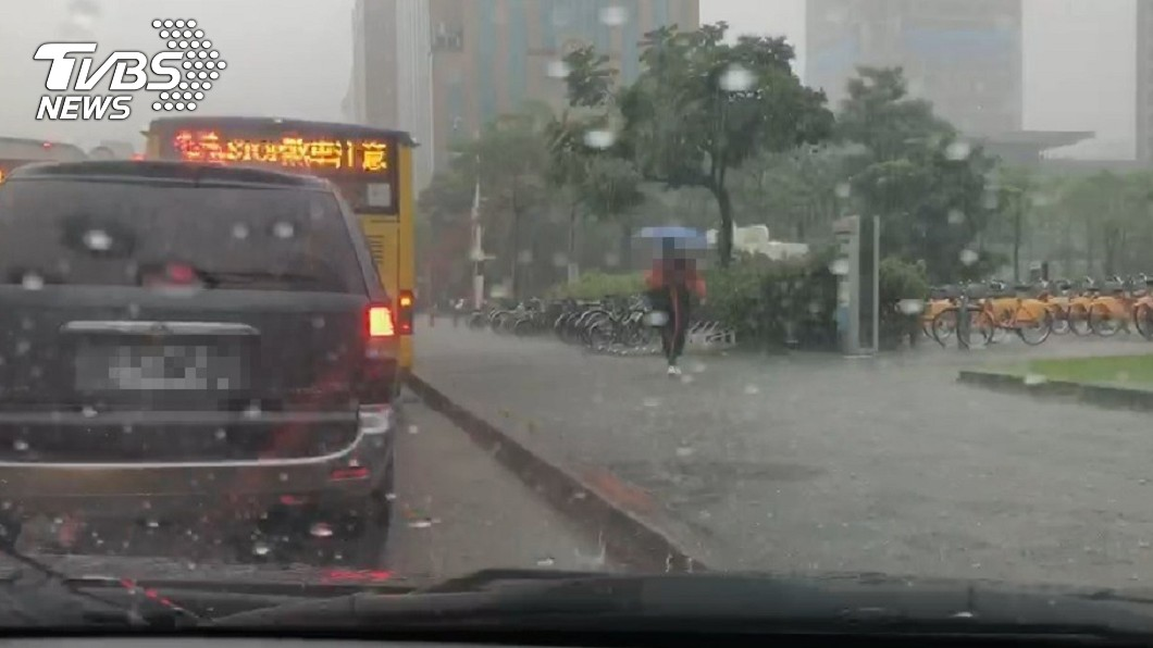 雙北等17縣市午後易有短時強降雨。(圖/TVBS) 雨彈狂轟!雙北17縣市「大雨特報」防短時豪雨