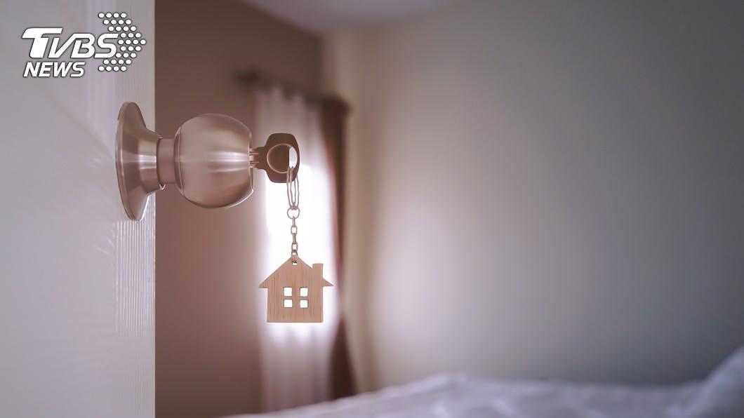 真是太誇張了!(示意圖/shutterstock達志影像) 自家別墅亮燈…驚見陌生母子「爽躺床吹冷氣」嚇壞