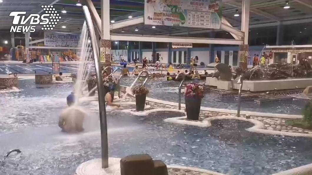 新北警官遭控在戲水區強壓男童頭部到水中。(示意圖/TVBS) 高階警官掐童兩百元欲和解? 家長怒:為兒討公道