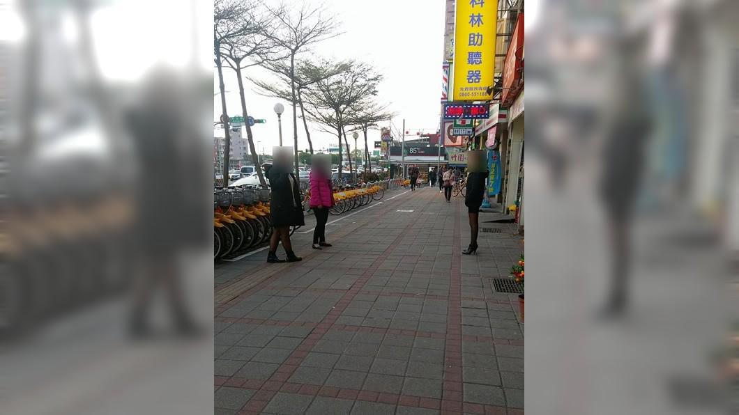 大街上有3名穿著透膚絲襪的女子,眼神不停地張望,彷彿是在找尋什麼的。(圖/翻攝自爆廢公社) 這要幹嘛?男見黑絲襪妹子站路邊張望 網勸:千萬別靠近