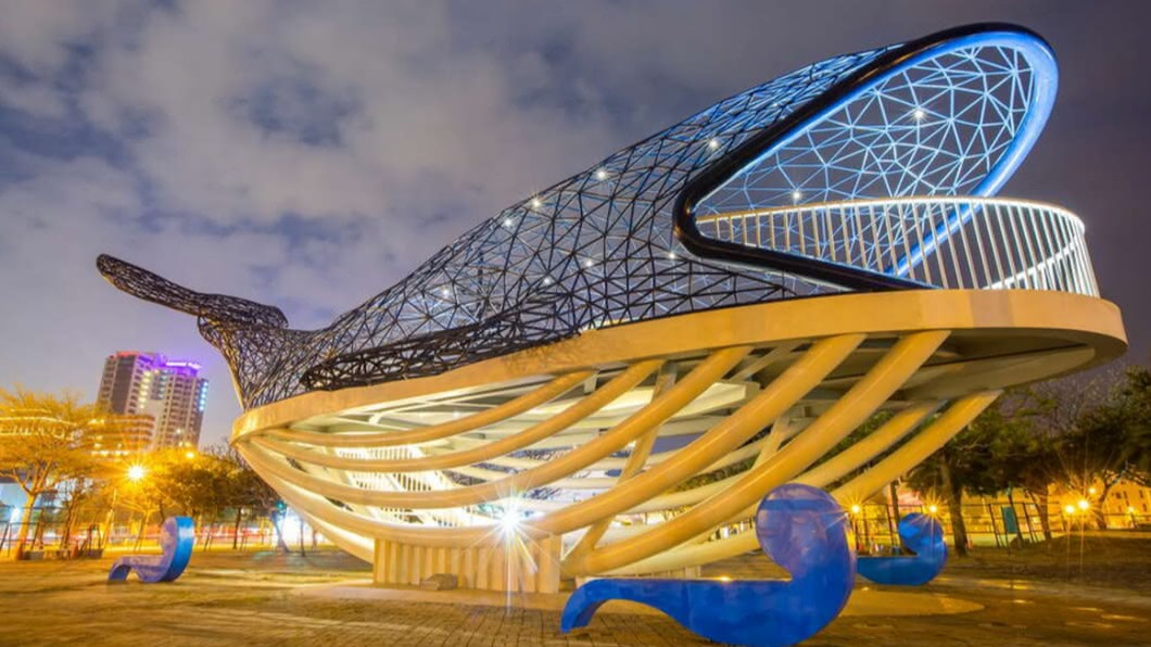 台南安平知名的IG打卡景點「大魚的祝福」回來了。(圖/台南市政府觀光旅遊局提供) 安平打卡熱點「鯨魚」回歸 燈光夜景獲國際大獎