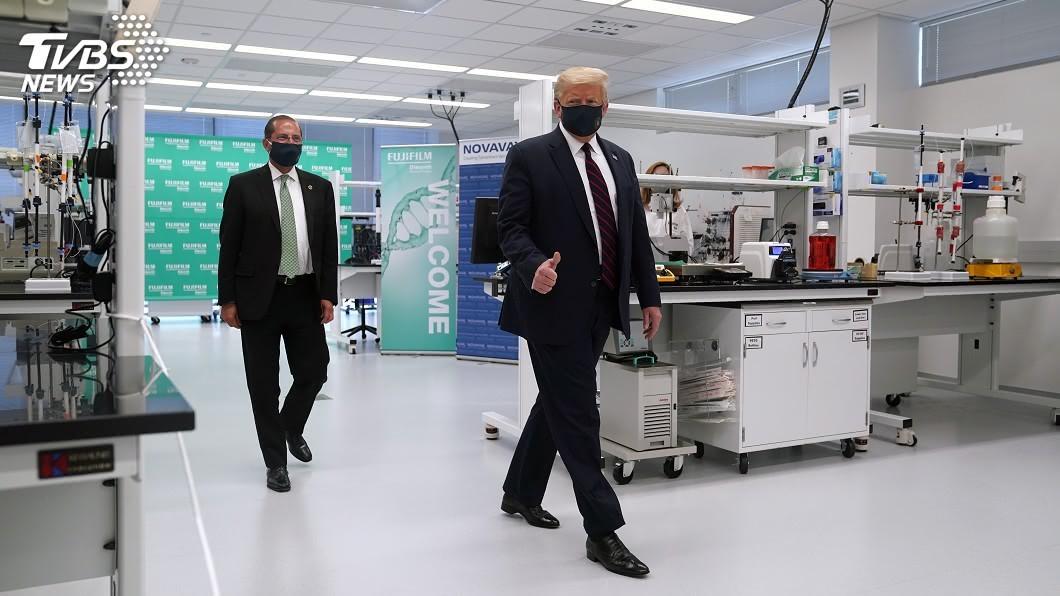 美國總統川普今天戴口罩參訪一座生產新型冠狀病毒實驗性疫苗的工廠。(圖/達志影像美聯社) 川普戴口罩參訪生技廠 寄望疫苗防控疫情助連任