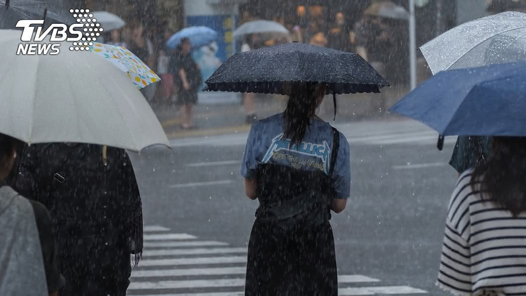 氣象局發布大雨特報。(示意圖/shutterstock達志影像) 補選日雨神同行!慎防雷雨強風 全台10縣市大雨特報