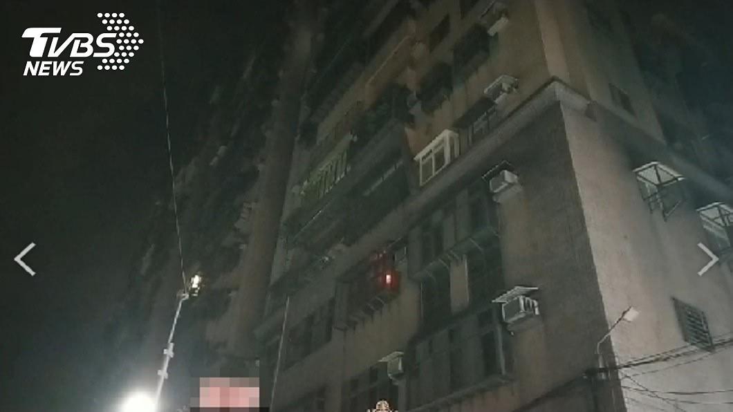 五股社區深夜驚傳槍響。(圖/TVBS) 新北社區公廁深夜驚傳槍響 男遭爆頭倒臥血泊亡