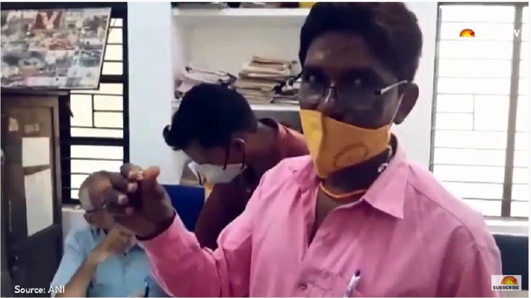 印度1名男子日前挖出鑽石,其中1顆重達10.69克拉。(圖/翻攝自YouTube) 花80元租荒地 幸運大叔挖到2百萬「10克拉鑽石」
