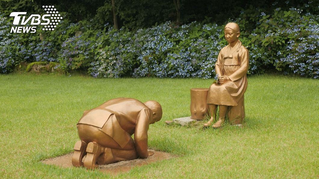 圖/路透社 安倍向慰安婦下跪? 日韓為「銅像原型」翻臉
